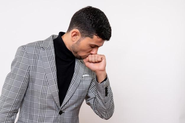 Vue de face beau mâle dans le chagrin debout sur fond blanc