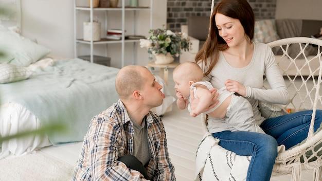 Vue de face de beaux parents avec leur enfant
