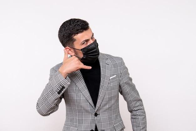 Vue de face bel homme en costume faisant appelez-moi geste de téléphone debout sur fond blanc isolé