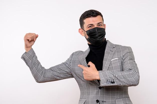 Vue de face bel homme en costume montrant muscle debout sur fond blanc isolé