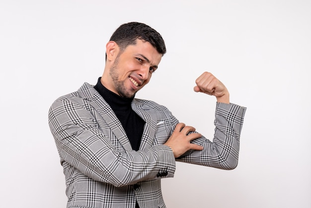 Vue de face bel homme en costume montrant le muscle du bras debout sur fond blanc