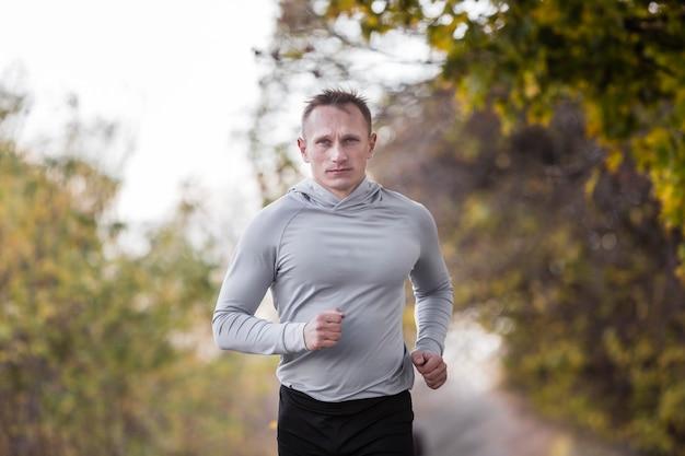 Vue de face bel homme jogging