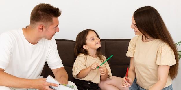 Vue de face belle famille bavardant