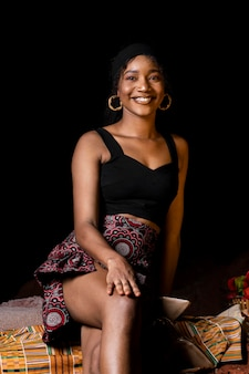 Vue de face belle femme africaine