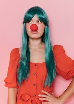 Vue de face de la belle femme au nez rouge