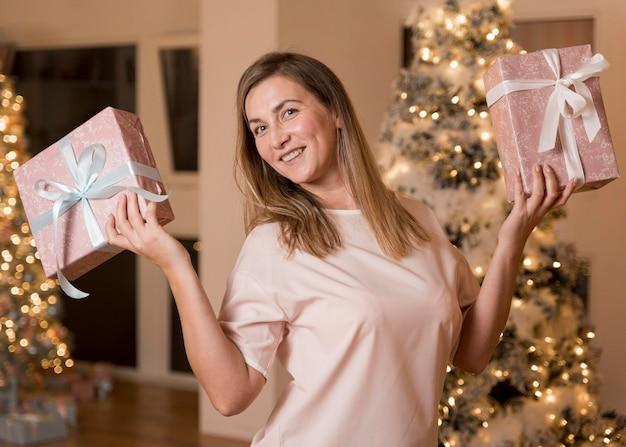 Vue de face de la belle femme avec des cadeaux