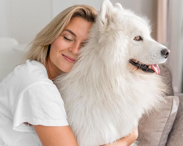 Vue de face de la belle femme et chien