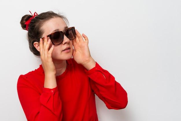 Vue de face belle femme avec des lunettes de soleil