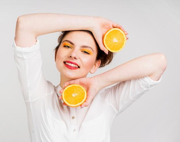 Vue de face de la belle femme à l'orange