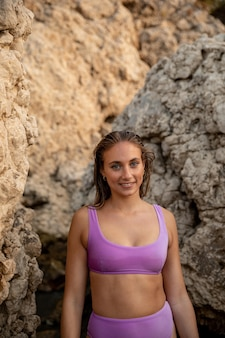 Vue de face de la belle femme à la plage