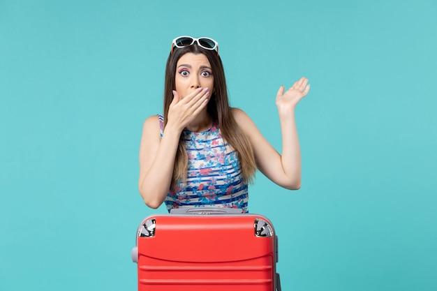 Vue de face belle femme se préparant pour des vacances sur l'espace bleu