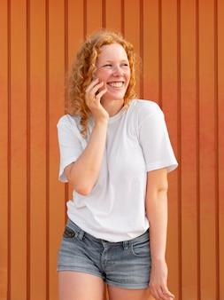 Vue de face belle jeune fille souriante