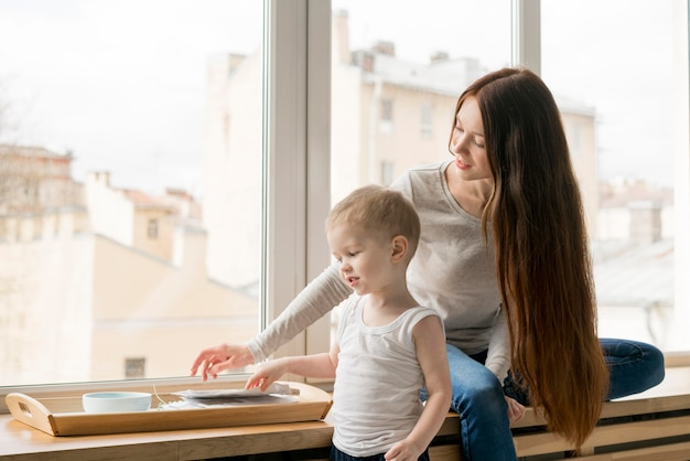 Vue de face de la belle mère et l'enfant