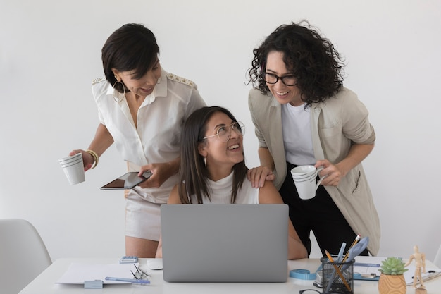 Vue de face de belles femmes modernes travaillant ensemble