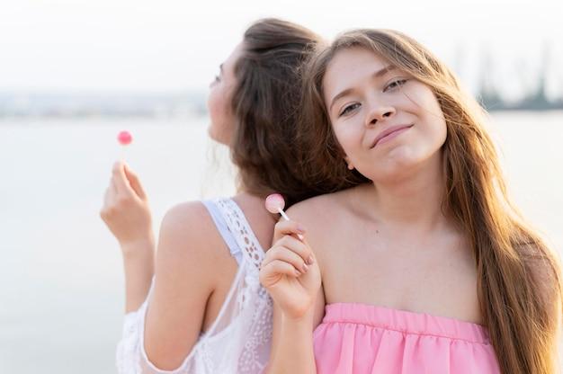Vue de face de belles filles sur la plage