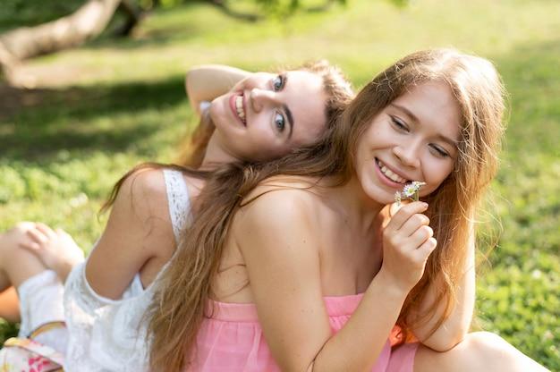 Vue de face de belles filles s'amusant