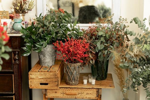 Vue de face de belles fleurs dans des vases