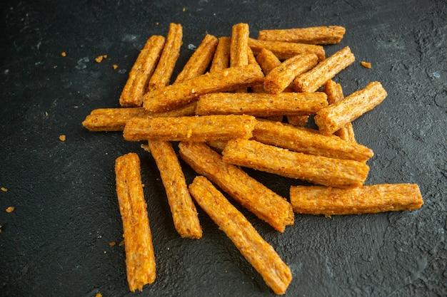 Vue de face des biscottes séchées sur des snacks cips photo couleur pain noir