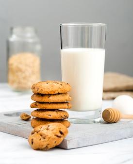 Vue de face biscuits maison au lait