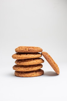 Vue de face des biscuits sucrés sur des biscuits blancs dessert au sucre gâteau photo au thé