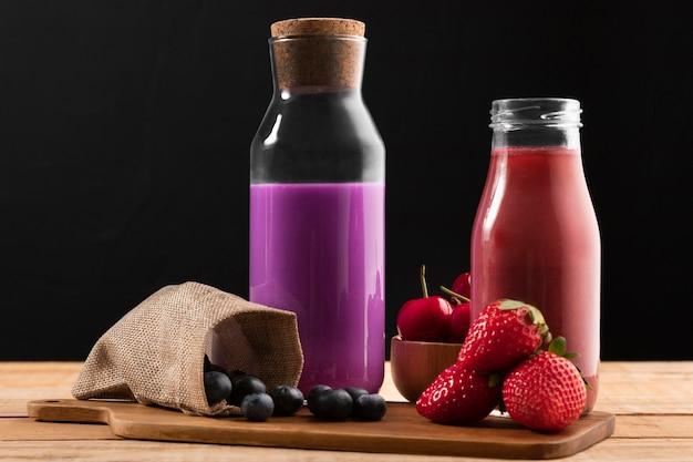 Vue de face bleuets et fraises avec smoothie