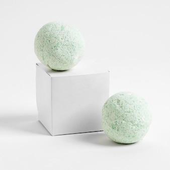 Vue de face bombes de bain vert sur fond blanc