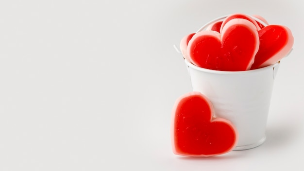 Vue de face de bonbons en forme de coeur
