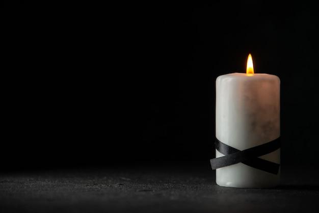 Vue de face de la bougie blanche sur fond noir