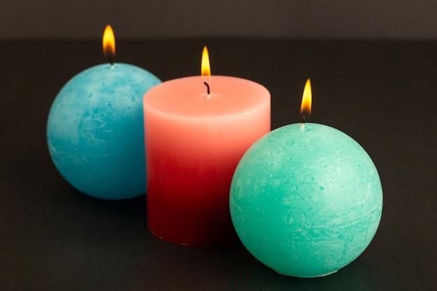 Une vue de face des bougies bleues rouges conçu éclairage isolé fondre la lumière du feu flamme