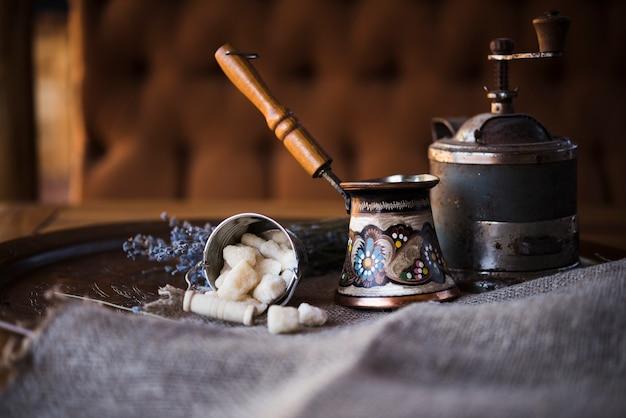 Vue de face d'une bouilloire à café turque d'époque et de sucre