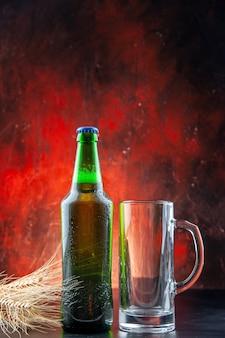 Vue de face bouteille de bière verte et verre à bière