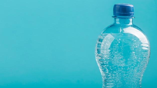 Vue de face de la bouteille d'eau gazeuse