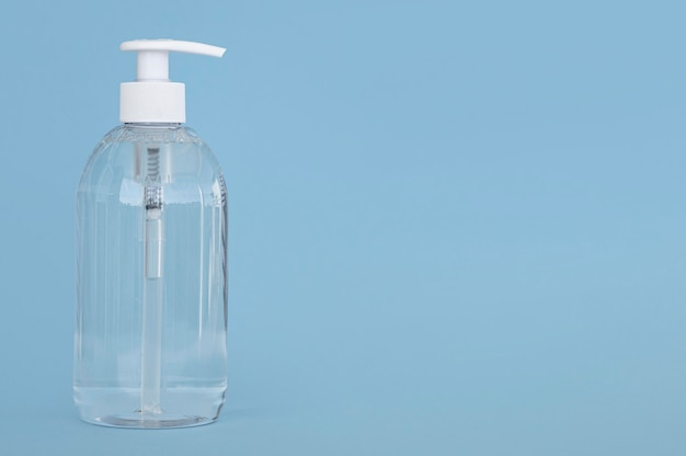 Vue de face bouteille transparente de savon liquide avec espace copie