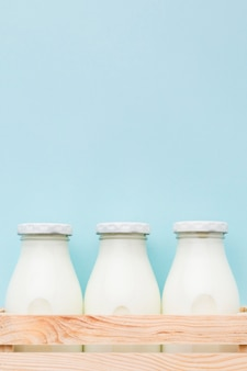 Vue de face des bouteilles de lait frais avec copie espace