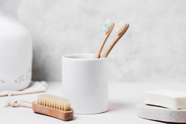 Vue de face brosse à cheveux naturels et hygiène bucco-dentaire