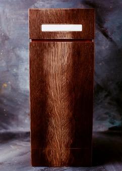 Vue de face brun cercueil sur le mur lumineux