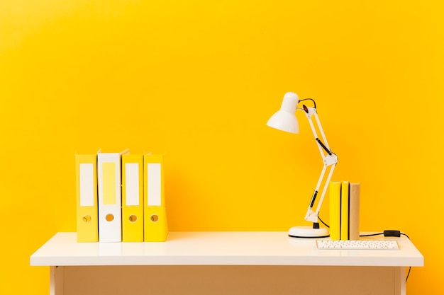 Vue de face de bureau d'affaires jaune