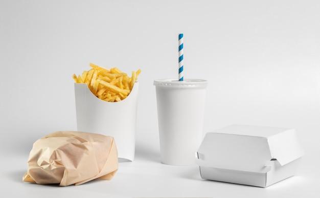 Vue de face burger et frites emballés
