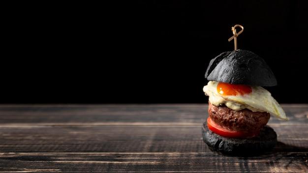 Vue de face burger avec oeuf et copie-espace