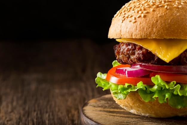 Vue de face burger sur planche à découper avec copie-espace