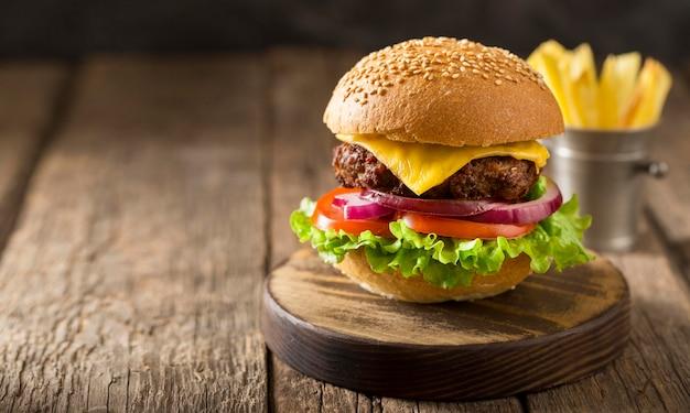 Vue de face burger sur planche à découper