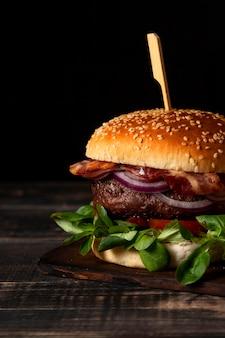 Vue de face burger sur table