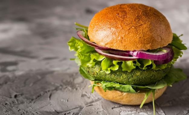 Vue de face burger végétarien sur le comptoir