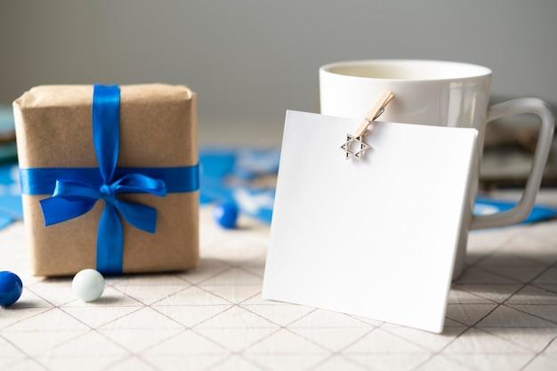 Vue de face cadeau joyeux hanukkah