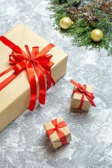 Vue de face des cadeaux de noël avec des arcs rouges sur fond blanc