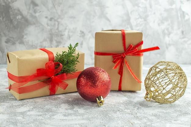 Vue de face des cadeaux de noël sur fond blanc
