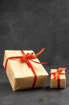 Vue de face des cadeaux de noël sur le fond sombre
