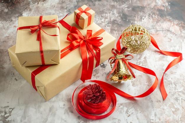 Vue de face des cadeaux de noël avec des jouets sur fond blanc