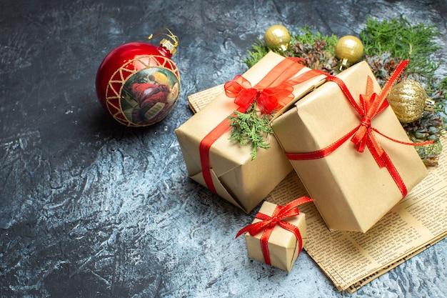 Vue de face des cadeaux de noël avec des jouets sur la photo de vacances lumière-obscurité couleur de noël nouvel an