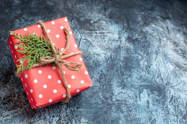 Vue de face des cadeaux de noël sur une surface claire